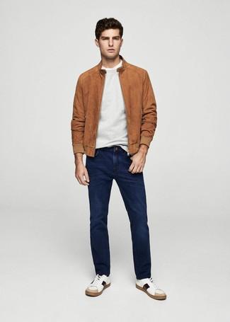Как и с чем носить: табачный замшевый бомбер, серый свитер с круглым вырезом, белая футболка с круглым вырезом, темно-синие джинсы
