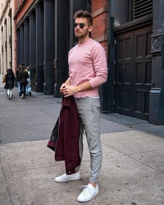 Как и с чем носить: темно-красный шерстяной бомбер, розовый свитер с круглым вырезом, белая футболка с круглым вырезом, серые брюки чинос