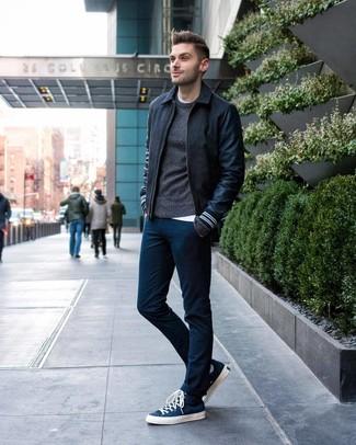 Как и с чем носить: темно-серый шерстяной бомбер, темно-серый свитер с круглым вырезом, белая футболка с круглым вырезом, темно-синие брюки чинос