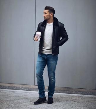 Как и с чем носить: черный кожаный бомбер, серый свитер с круглым вырезом, белая футболка с круглым вырезом, синие джинсы