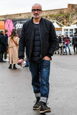 Темно-синий свитер с круглым вырезом: с чем носить и как сочетать мужчине: Если в одежде ты ценишь комфорт и практичность, темно-синий свитер с круглым вырезом и темно-синие рваные джинсы — великолепный выбор для модного мужского ансамбля на каждый день. Если ты не боишься сочетать в своих ансамблях разные стили, из обуви можешь надеть черные кожаные повседневные ботинки.