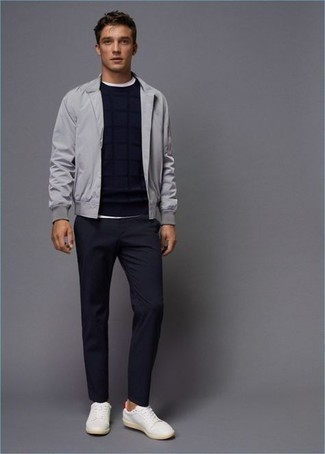 С чем носить серый бомбер мужчине: Серый бомбер и темно-синие брюки чинос — рассмотри этот вариант, если не боишься находиться в центре внимания. Бело-красные кожаные низкие кеды гарантируют удобство в движении.