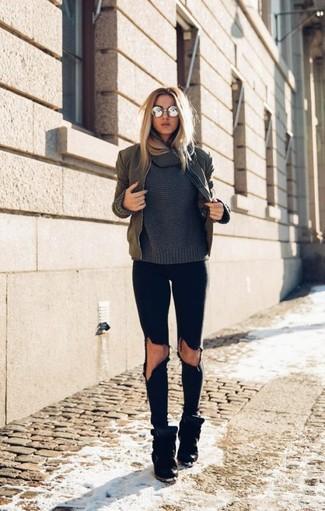 Как и с чем носить: оливковый бомбер, темно-серый свитер с хомутом, черные рваные джинсы скинни, черные замшевые кроссовки на танкетке
