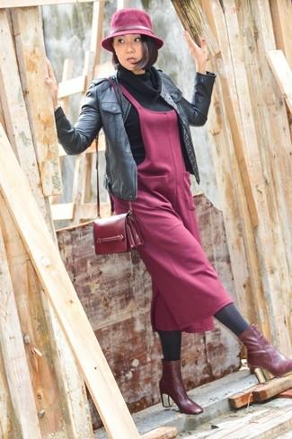Как и с чем носить: черный кожаный бомбер, черный свитер с хомутом, темно-красный сарафан, темно-красные кожаные ботильоны
