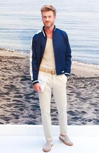 Как и с чем носить: темно-синий бомбер, бежевый свитер с v-образным вырезом, бежевые брюки чинос, бежевые замшевые слипоны