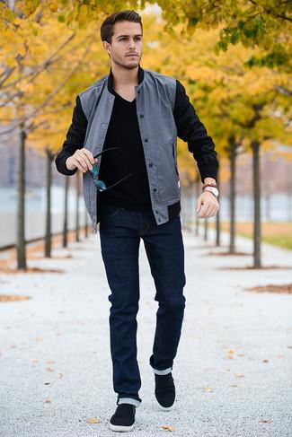 Поклонникам стиля casual придется по вкусу сочетание серого бомбера и темно-синих зауженных джинсов. Очень стильно здесь будут смотреться черные слипоны.