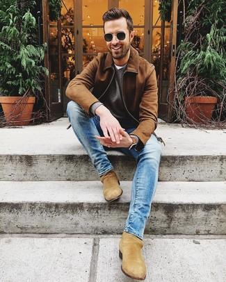 Как и с чем носить: коричневый замшевый бомбер, серый свитер с v-образным вырезом, белая футболка с круглым вырезом, синие зауженные джинсы