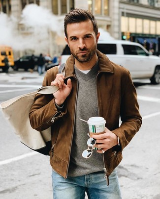 Как и с чем носить: коричневый замшевый бомбер, серый свитер с v-образным вырезом, белая футболка с круглым вырезом, синие джинсы