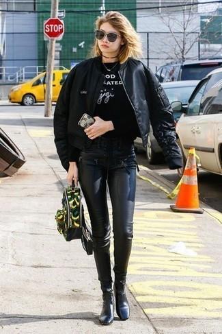 Как и с чем носить: черный бомбер, черно-белый свитшот с принтом, черные кожаные леггинсы, черные кожаные ботильоны
