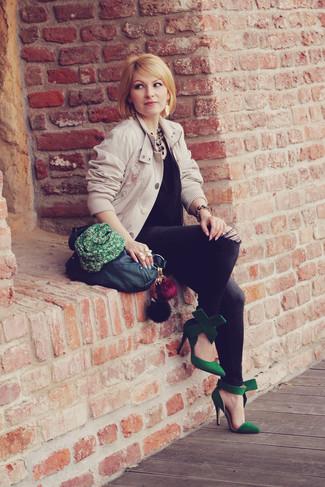 Как и с чем носить: бежевый бомбер, черный шелковый топ без рукавов, темно-серые джинсы скинни, зеленые замшевые туфли