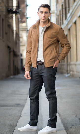 Как и с чем носить: коричневый замшевый бомбер, бежевая футболка на пуговицах, черные джинсы, белые низкие кеды из плотной ткани