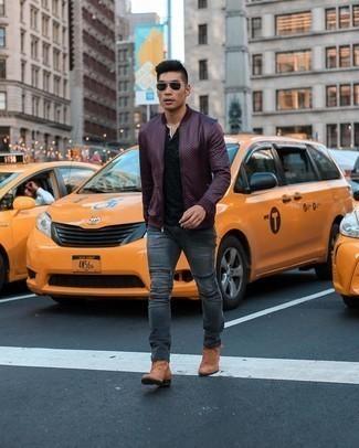 """С чем носить коричневые замшевые ботинки челси мужчине: Сочетание темно-красного кожаного бомбера и темно-серых джинсов в мужском луке позволит создать ощущение """"элегантной свободы"""". Теперь почему бы не привнести в повседневный образ толику стильной строгости с помощью коричневых замшевых ботинок челси?"""