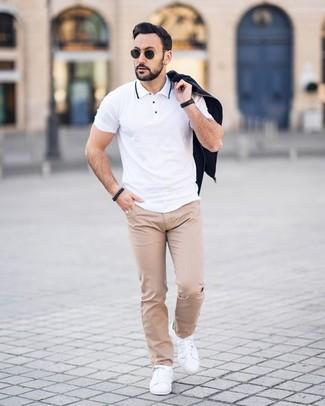 Как и с чем носить: черный бомбер, белая футболка-поло, бежевые брюки чинос в горошек, белые кожаные низкие кеды