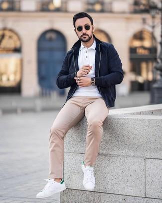Бело-зеленые кожаные низкие кеды: с чем носить и как сочетать мужчине: Темно-синий замшевый бомбер и бежевые брюки чинос в горошек — must have элементы в арсенале поклонников непринужденного стиля. Бело-зеленые кожаные низкие кеды — отличный вариант, чтобы закончить образ.