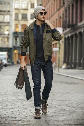 В оливковом бомбере и темно-синих джинсах можно пойти на свидание или провести выходной день, когда в программе культурное мероприятие. Если ты не боишься сочетать в своих луках разные стили, на ноги можно надеть темно-коричневые кожаные ботинки.