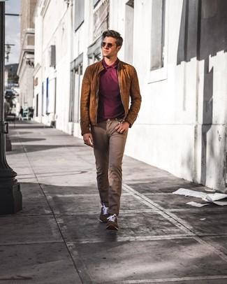 Как и с чем носить: коричневый замшевый бомбер, темно-красная футболка-поло, коричневые джинсы, темно-коричневые замшевые низкие кеды
