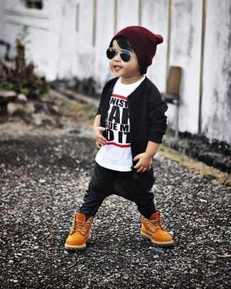 Как и с чем носить: черный бомбер, бело-черная футболка, черные спортивные штаны, светло-коричневые ботинки