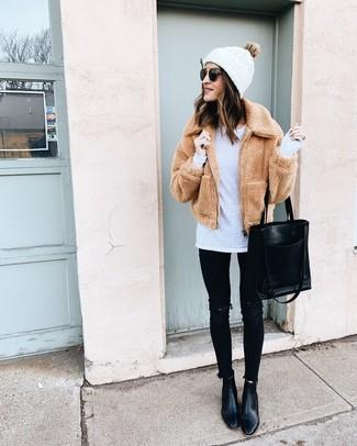 Как и с чем носить: светло-коричневый флисовый бомбер, белая футболка с длинным рукавом, черные рваные джинсы скинни, черные кожаные ботильоны