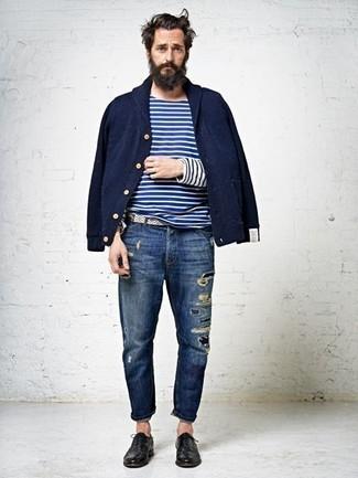 Как и с чем носить: темно-синий бомбер, бело-темно-синяя футболка с длинным рукавом в горизонтальную полоску, темно-синие рваные джинсы, черные кожаные оксфорды