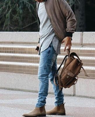 Как и с чем носить: коричневый бомбер, серая футболка с длинным рукавом, синие джинсы, коричневые замшевые ботинки челси