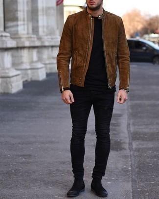 С чем носить черные замшевые ботинки челси мужчине: Сочетание коричневого замшевого бомбера и черных рваных зауженных джинсов - очень практично, и поэтому идеально для создания необычного повседневного стиля. Закончив ансамбль черными замшевыми ботинками челси, можно привнести в него немного привлекательного консерватизма.