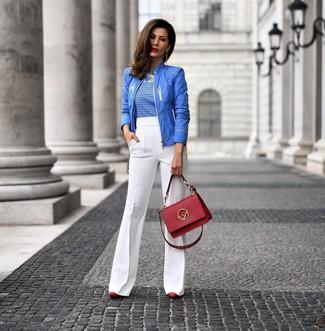 Как и с чем носить: синий бомбер, бело-синяя футболка с круглым вырезом в горизонтальную полоску, белые брюки-клеш, красные кожаные туфли