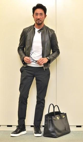 Как и с чем носить: черный кожаный бомбер, белая футболка с круглым вырезом, черные брюки чинос, черные кожаные высокие кеды