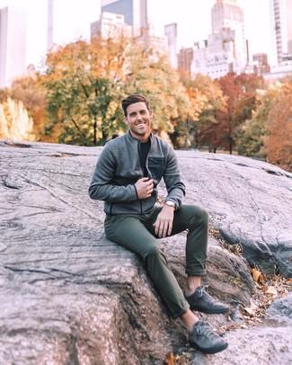 Как и с чем носить: серый бомбер, черная футболка с круглым вырезом, темно-зеленые брюки чинос, темно-серые кожаные низкие кеды