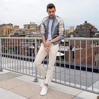 Как и с чем носить: серый сатиновый бомбер, белая футболка с круглым вырезом, бежевые брюки чинос, белые низкие кеды