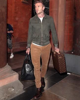 Как и с чем носить: темно-серый замшевый бомбер, белая футболка с круглым вырезом, табачные вельветовые брюки чинос, темно-коричневые кожаные повседневные ботинки
