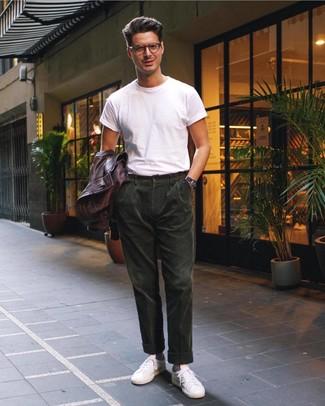 Как и с чем носить: темно-коричневый кожаный бомбер, белая футболка с круглым вырезом, темно-зеленые вельветовые брюки чинос, белые кожаные низкие кеды