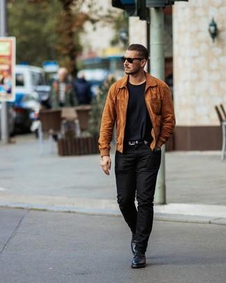 Как и с чем носить: табачный замшевый бомбер, черная футболка с круглым вырезом, черные брюки чинос, черные кожаные повседневные ботинки