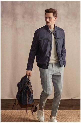 Серые брюки чинос в клетку: с чем носить и как сочетать: Сочетание темно-синего бомбера и серых брюк чинос в клетку поможет выглядеть стильно, но при этом выразить твой личный стиль. В сочетании с этим луком органично выглядят белые кожаные низкие кеды.