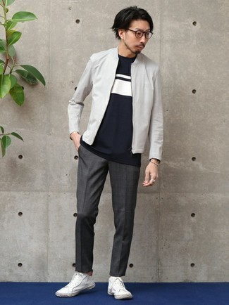 С чем носить серый бомбер мужчине: Серый бомбер и темно-серые брюки чинос в шотландскую клетку — необходимые элементы в арсенале любителей непринужденного стиля. Белые низкие кеды из плотной ткани органично впишутся в образ.