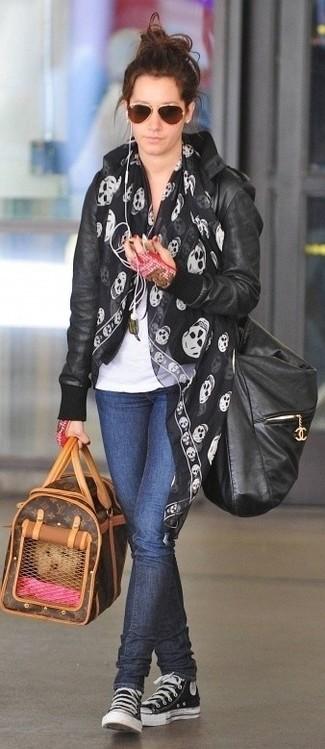 Как и с чем носить: черный кожаный бомбер, белая футболка с круглым вырезом, темно-синие джинсы скинни, черно-белые высокие кеды из плотной ткани