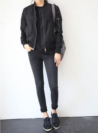 Как и с чем носить: черный бомбер, черная футболка с круглым вырезом, черные джинсы скинни, черные низкие кеды