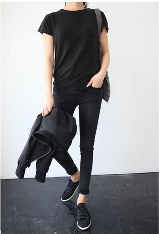 Как и с чем носить: черный бомбер, черная футболка с круглым вырезом, черные джинсы скинни, черные замшевые низкие кеды