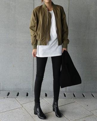 Как и с чем носить: оливковый бомбер, белая футболка с круглым вырезом, черные джинсы скинни, черные кожаные ботинки челси