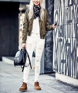 Как и с чем носить: оливковый бомбер, белая футболка с круглым вырезом, белые рваные джинсы скинни, коричневые замшевые ботинки на шнуровке