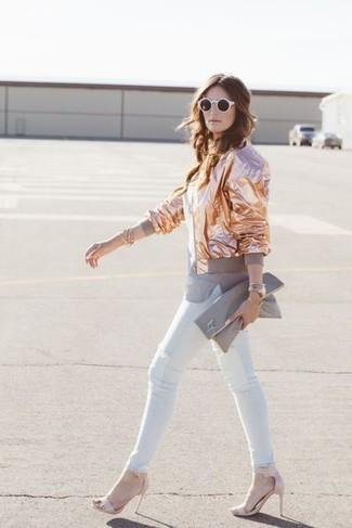Как и с чем носить: золотой бомбер, серая футболка с круглым вырезом, белые джинсы скинни, розовые кожаные босоножки на каблуке