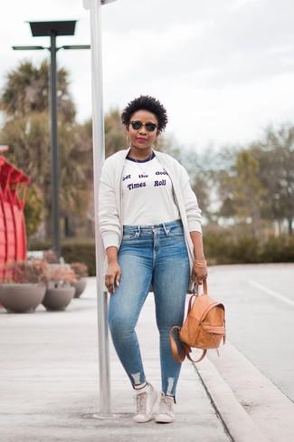 Как и с чем носить: белый флисовый бомбер, бело-синяя футболка с круглым вырезом с принтом, голубые джинсы скинни, белые кожаные низкие кеды