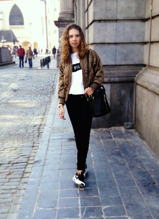 Коричневый бомбер: с чем носить и как сочетать женщине: Коричневый бомбер и черные джинсы — прекрасный наряд для прогулки с друзьями или шоппинга. Этот наряд органично закончат черно-белые кроссовки.