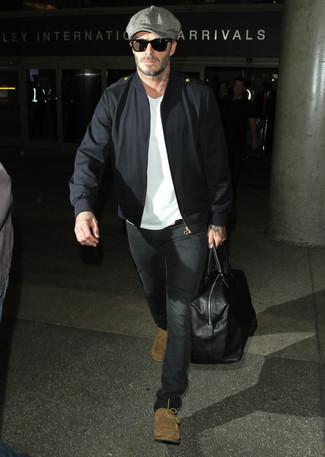 Как David Beckham носит Черный бомбер, Белая футболка с круглым вырезом, Черные джинсы, Светло-коричневые замшевые дезерты