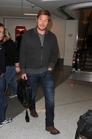 Как Chris Pratt носит Черный бомбер, Серая футболка с круглым вырезом, Темно-синие джинсы, Темно-коричневые кожаные ботинки челси