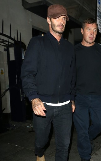 Как David Beckham носит Темно-синий бомбер, Белая футболка с круглым вырезом, Черные джинсы, Светло-коричневые замшевые повседневные ботинки