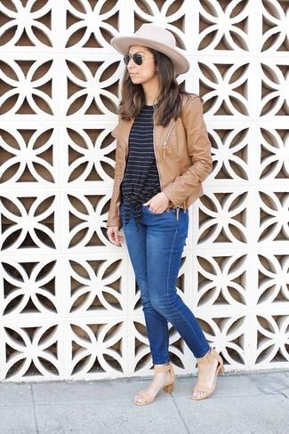 Как и с чем носить: светло-коричневый кожаный бомбер, черно-белая футболка с круглым вырезом в горизонтальную полоску, синие джинсы, светло-коричневые кожаные босоножки на каблуке