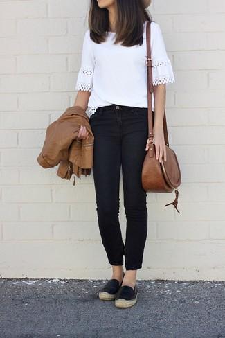 Как и с чем носить: коричневый кожаный бомбер, белая футболка с круглым вырезом крючком, черные джинсы, черные кожаные эспадрильи