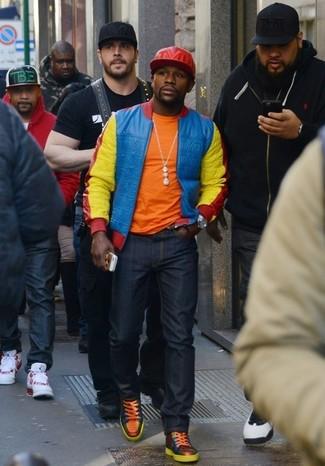 Как и с чем носить: разноцветный бомбер, оранжевая футболка с круглым вырезом, темно-синие джинсы, оранжевые кожаные высокие кеды