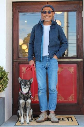 Как и с чем носить: темно-синий шерстяной бомбер, белая футболка с круглым вырезом, синие джинсы, бежевые замшевые ботинки дезерты