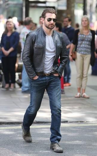 Как и с чем носить: черный кожаный бомбер, серая футболка с круглым вырезом, синие джинсы, серые кожаные туфли дерби